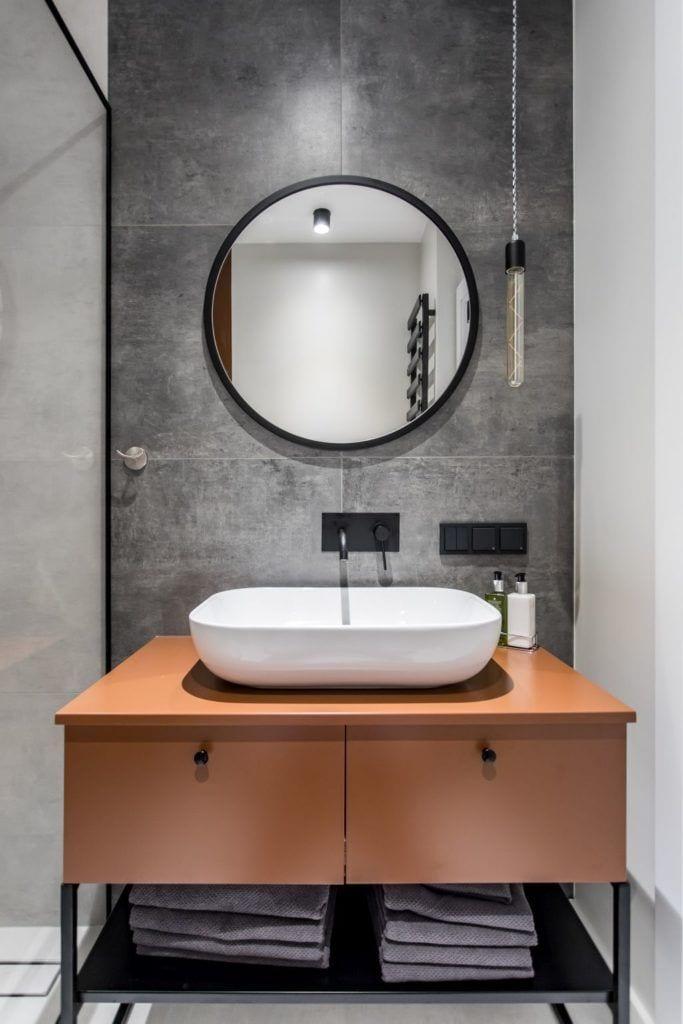 Pracownia Studio Poziom & salon Dekorian Home - minimalistyczny apartament w Gdańsku - foto Tomasz Nowicki Studio - umywalka w łazience