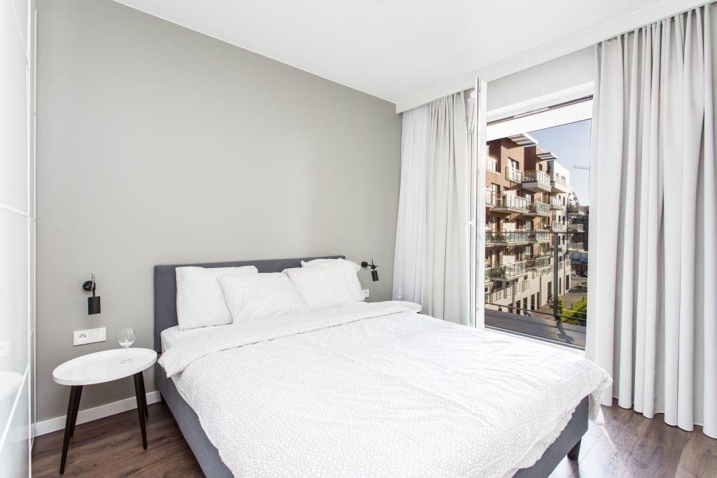 Pracownia Studio Poziom & salon Dekorian Home - minimalistyczny apartament w Gdańsku - foto Tomasz Nowicki Studio - łóżko w sypialni