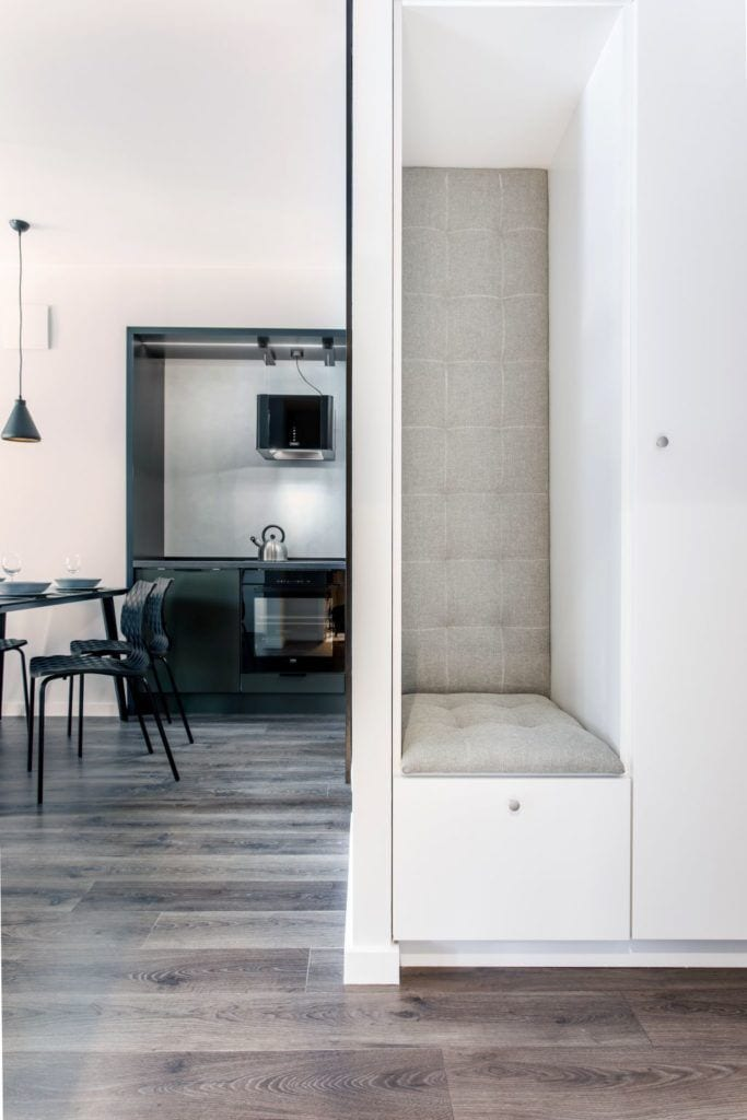Pracownia Studio Poziom & salon Dekorian Home - minimalistyczny apartament w Gdańsku - foto Tomasz Nowicki Studio - przedpokój
