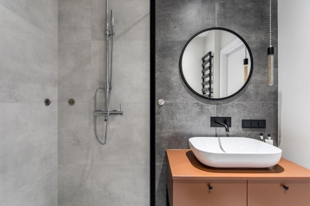 Pracownia Studio Poziom & salon Dekorian Home - minimalistyczny apartament w Gdańsku - foto Tomasz Nowicki Studio - szara łazienka