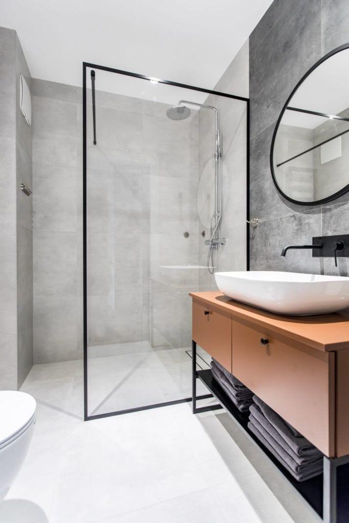 Pracownia Studio Poziom & salon Dekorian Home - minimalistyczny apartament w Gdańsku - foto Tomasz Nowicki Studio - kabina prysznicowa w łazience