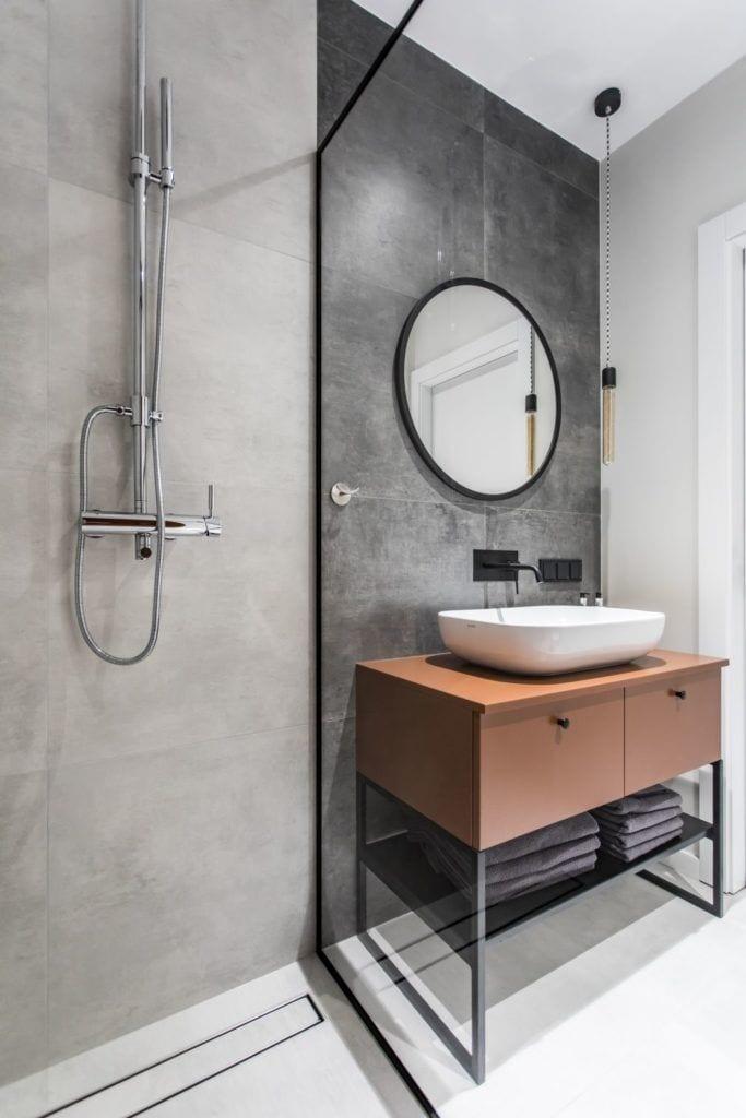 Pracownia Studio Poziom & salon Dekorian Home - minimalistyczny apartament w Gdańsku - foto Tomasz Nowicki Studio - szafka z umywalką w łazience