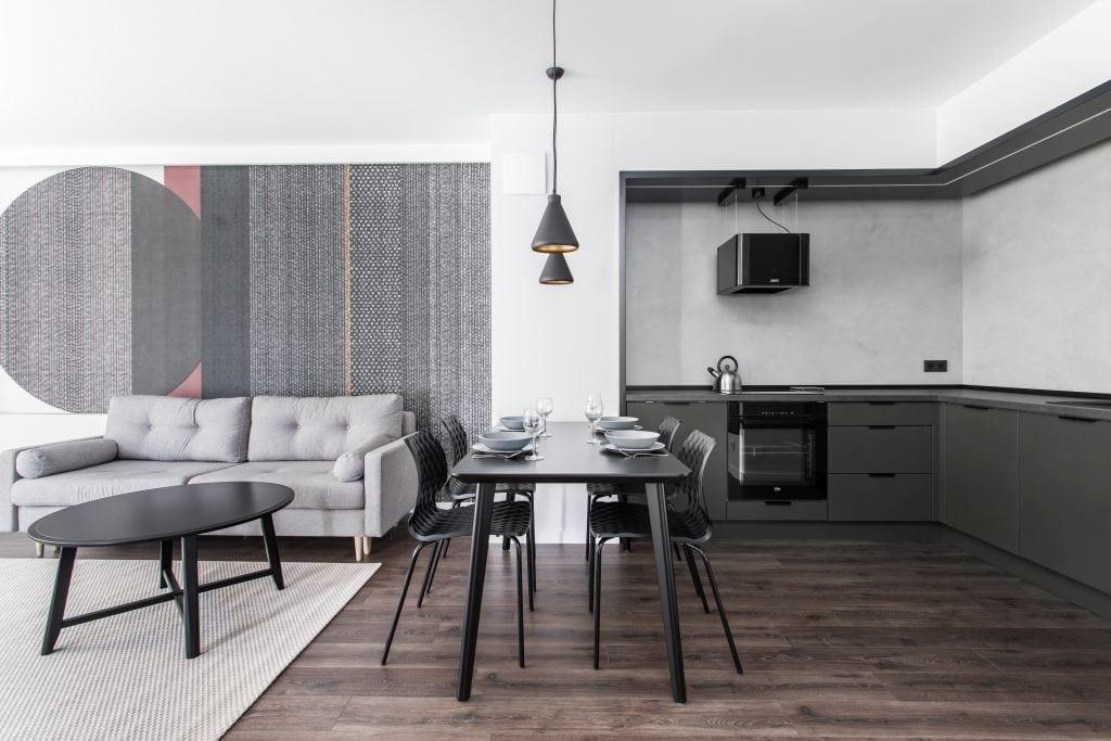 Pracownia Studio Poziom & salon Dekorian Home - minimalistyczny apartament w Gdańsku - foto Tomasz Nowicki Studio - drewniana podłoga w salonie