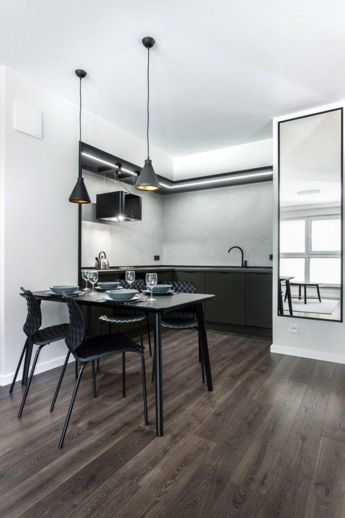 Pracownia Studio Poziom & salon Dekorian Home - minimalistyczny apartament w Gdańsku - foto Tomasz Nowicki Studio - stół w jadalni