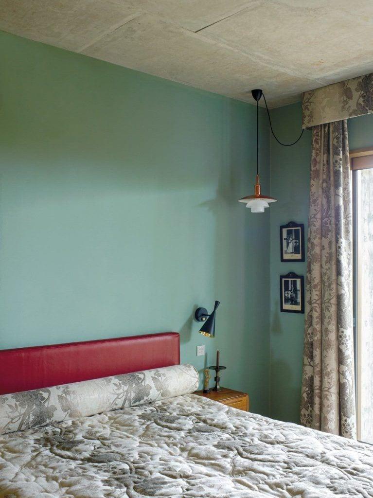 Zielona ściana w sypialni w domu projektu Toma Dizona - Cactus Doree