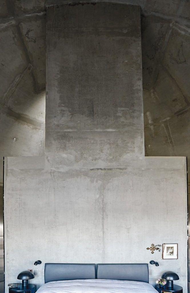 Ściana z betonu w domu projektu Toma Dizona - Cactus Doree