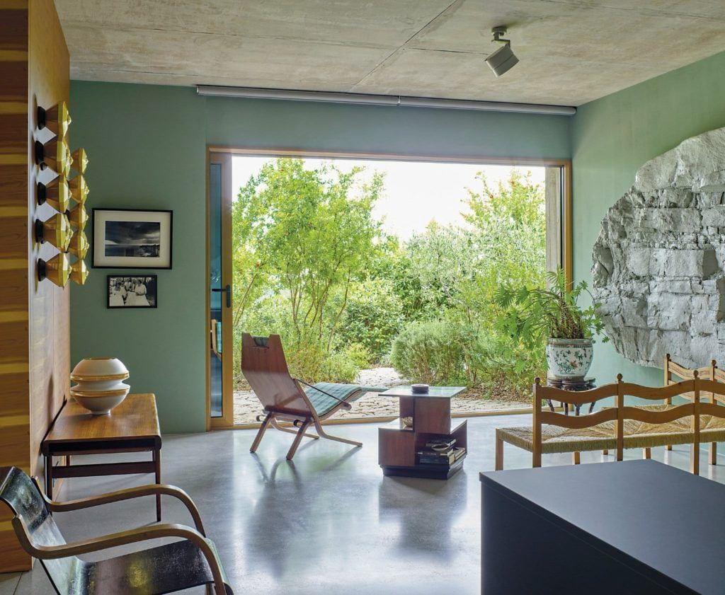 Salon z widokiem na las w domu projektu Toma Dizona - Cactus Doree