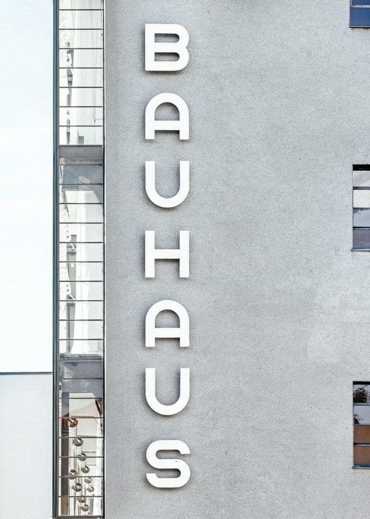 Walter Gropius i idee Bauhausu - Bauhaus bauhaus text letter