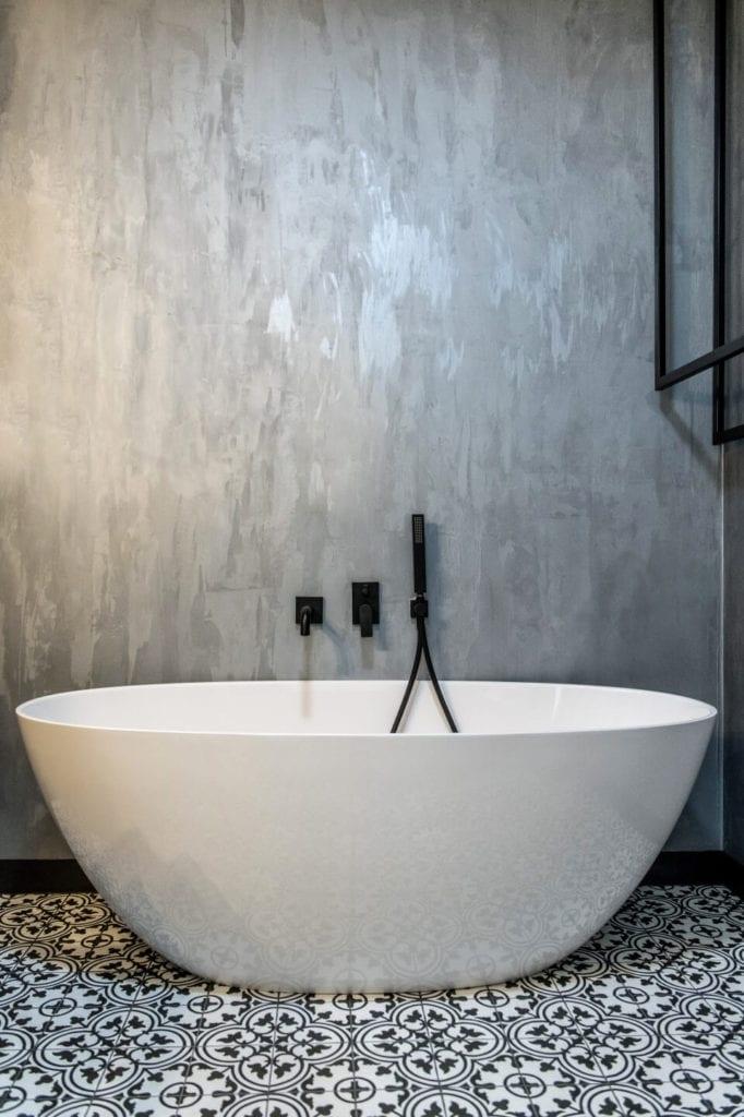 50-metrowe mieszkanie na warszawskim Żoliborzu projektu Deer Design - wolnostojąca wanna w łazience
