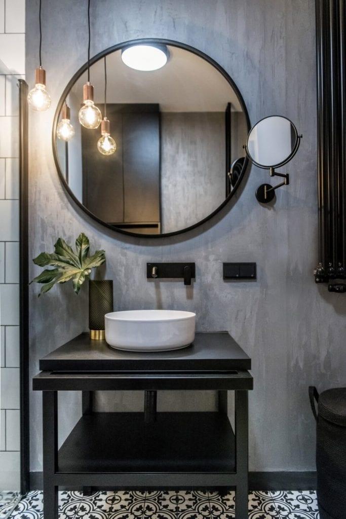 50-metrowe mieszkanie na warszawskim Żoliborzu projektu Deer Design - okrągłe lustro w łazience
