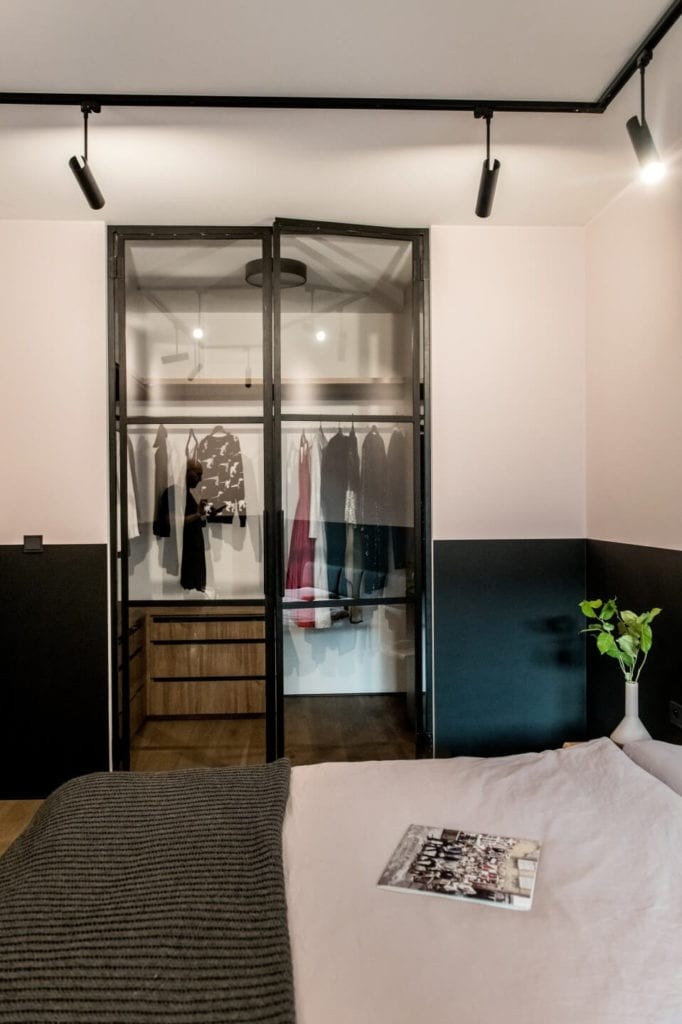50-metrowe mieszkanie na warszawskim Żoliborzu projektu Deer Design - garderoba w sypialni