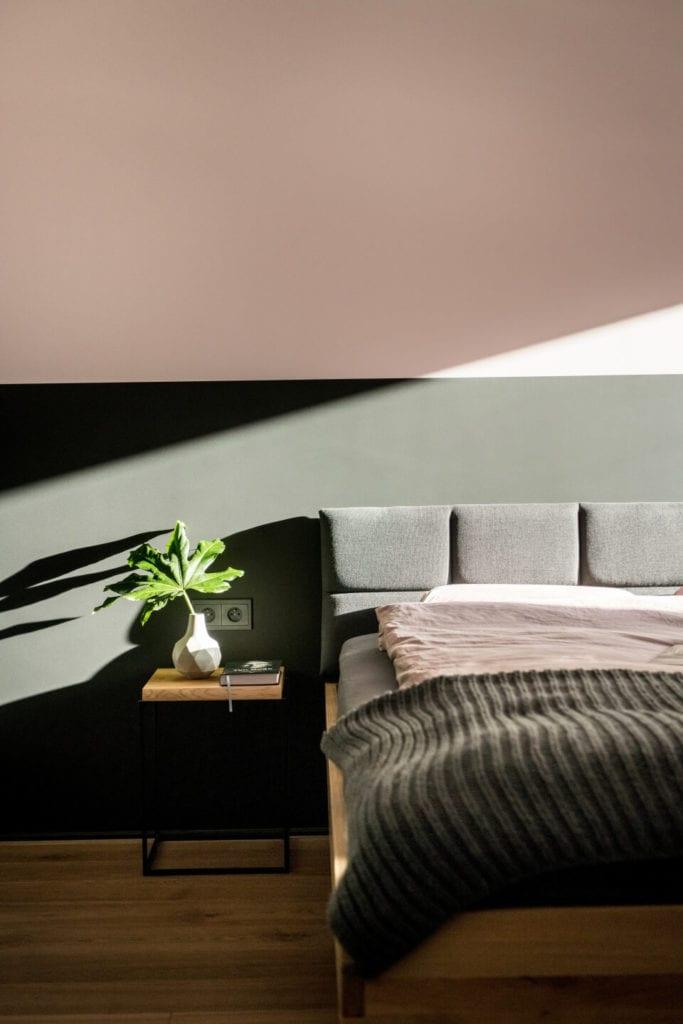 50-metrowe mieszkanie na warszawskim Żoliborzu projektu Deer Design - łóżko w sypialni