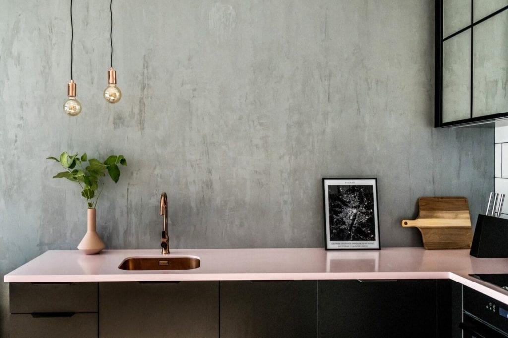 50-metrowe mieszkanie na warszawskim Żoliborzu projektu Deer Design - różowy blat w kuchni