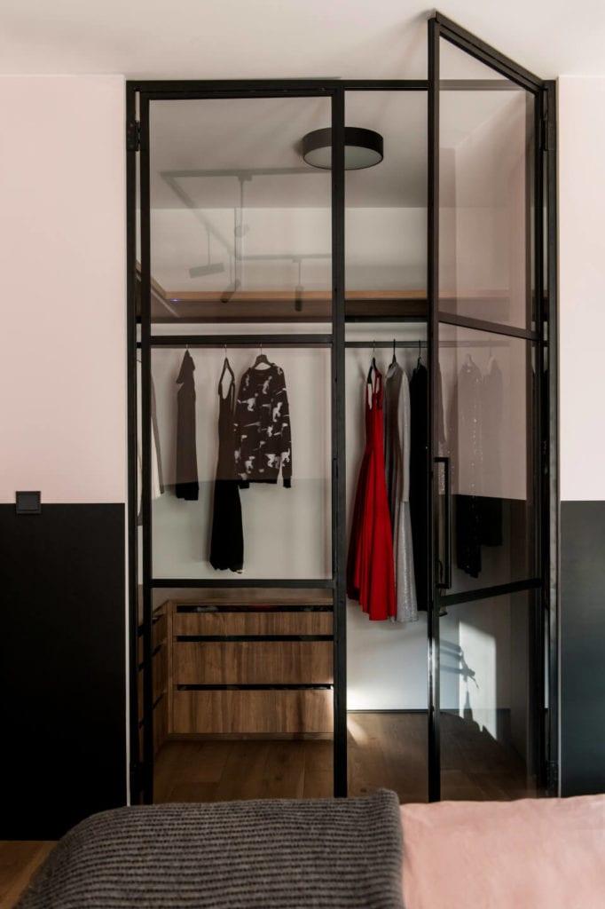 50-metrowe mieszkanie na warszawskim Żoliborzu projektu Deer Design - szafa w sypialni
