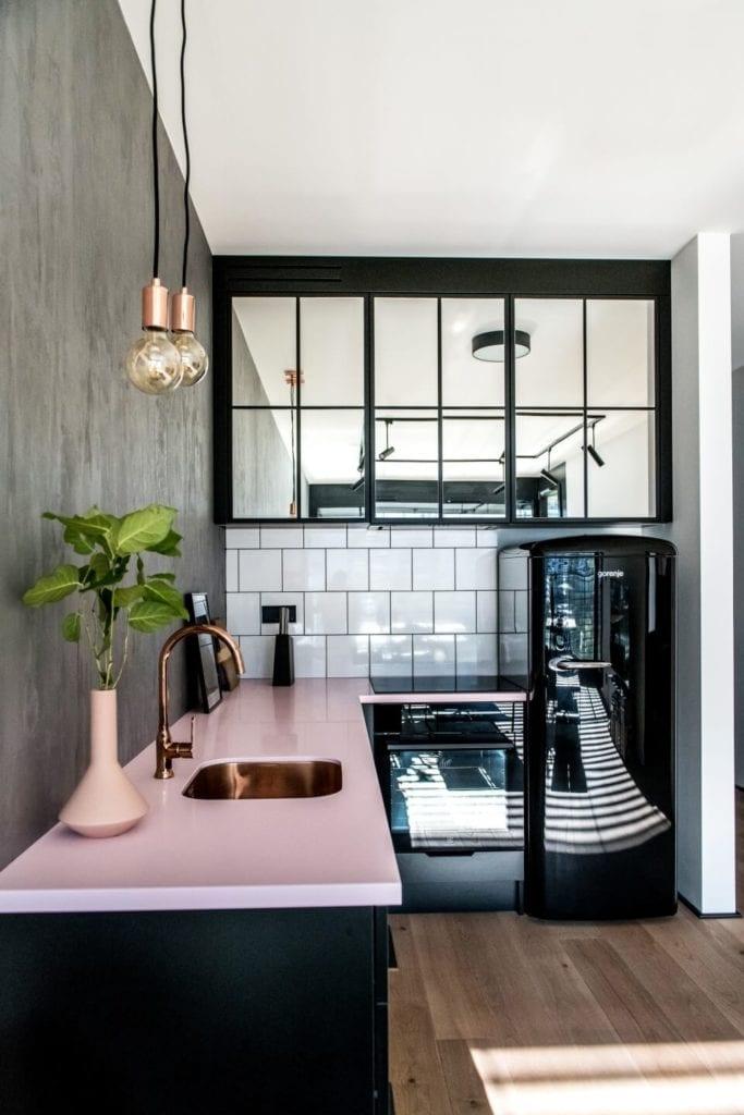 50-metrowe mieszkanie na warszawskim Żoliborzu projektu Deer Design - kuchnia z czarną lodówką i różowym blatem