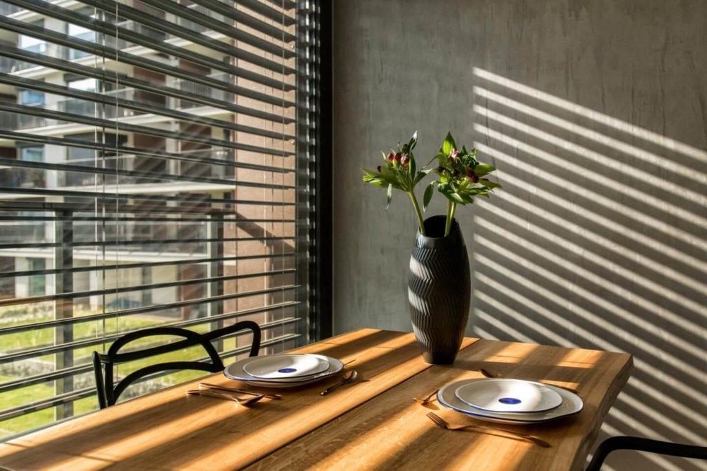 50-metrowe mieszkanie na warszawskim Żoliborzu projektu Deer Design - dekoracje na stole w salonie
