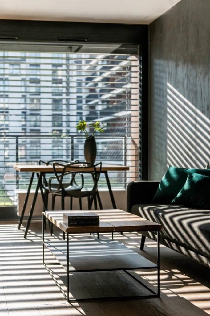 50-metrowe mieszkanie na warszawskim Żoliborzu projektu Deer Design - salon ze stołem, stolikiem i sofą