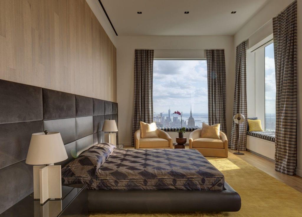 Apartament przy 432 Park Avenue w Nowym Yorku projekt John Beckmann - Axis Mundi - sypialnia z dużym łóżkiem