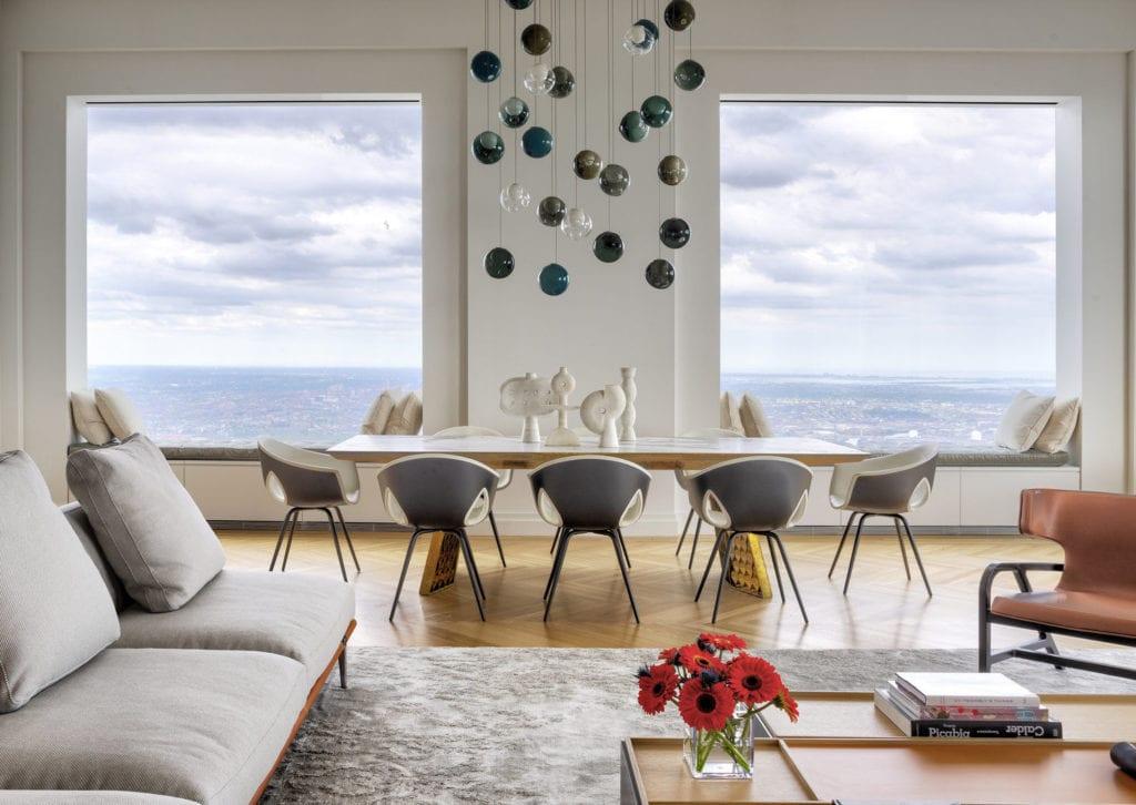 Apartament przy 432 Park Avenue w Nowym Yorku projekt John Beckmann - Axis Mundi - biało-czarny korytarz - salon z widokiem na Nowy York