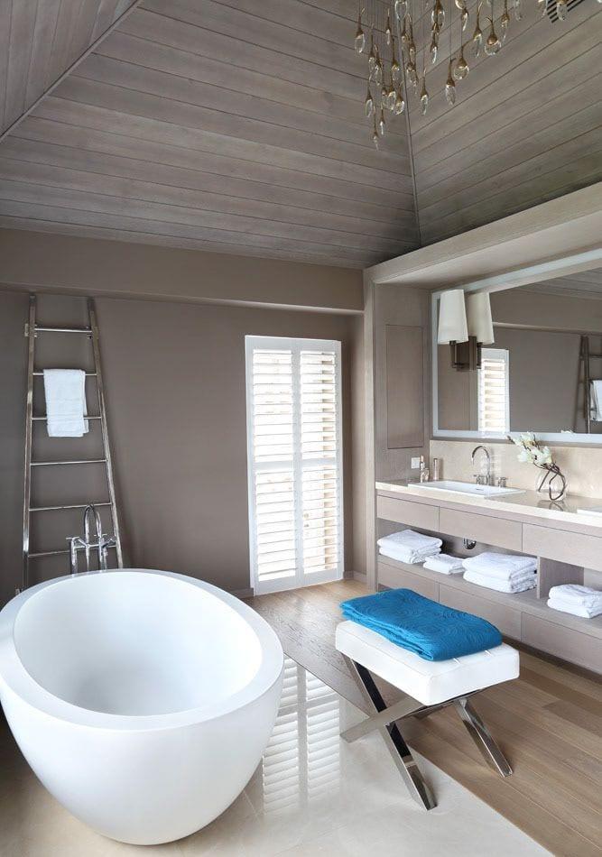 Azyl w sercu miasta - Klasyczny dom na Mokotowie projektu Taff Architekci - Paulina Taff - łazienka w ciemnych kolorach
