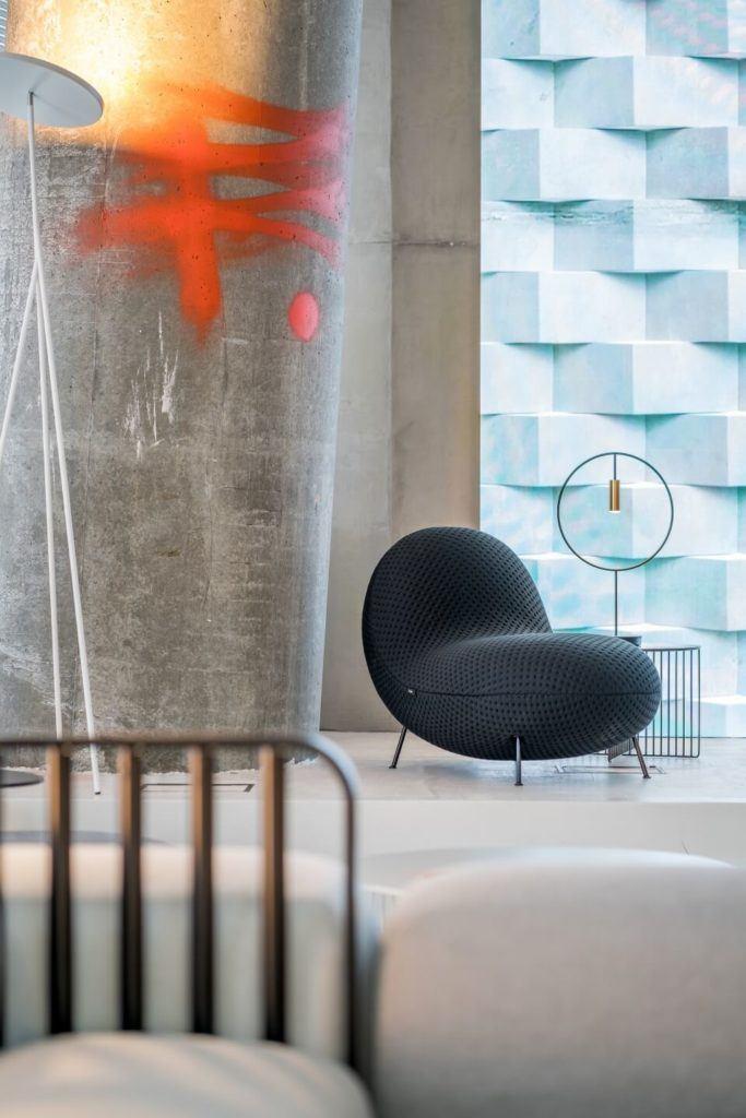 Biuro RBL_ - projekt Studio Robert Majkut Design dla Alior Bank - niebieski fotel