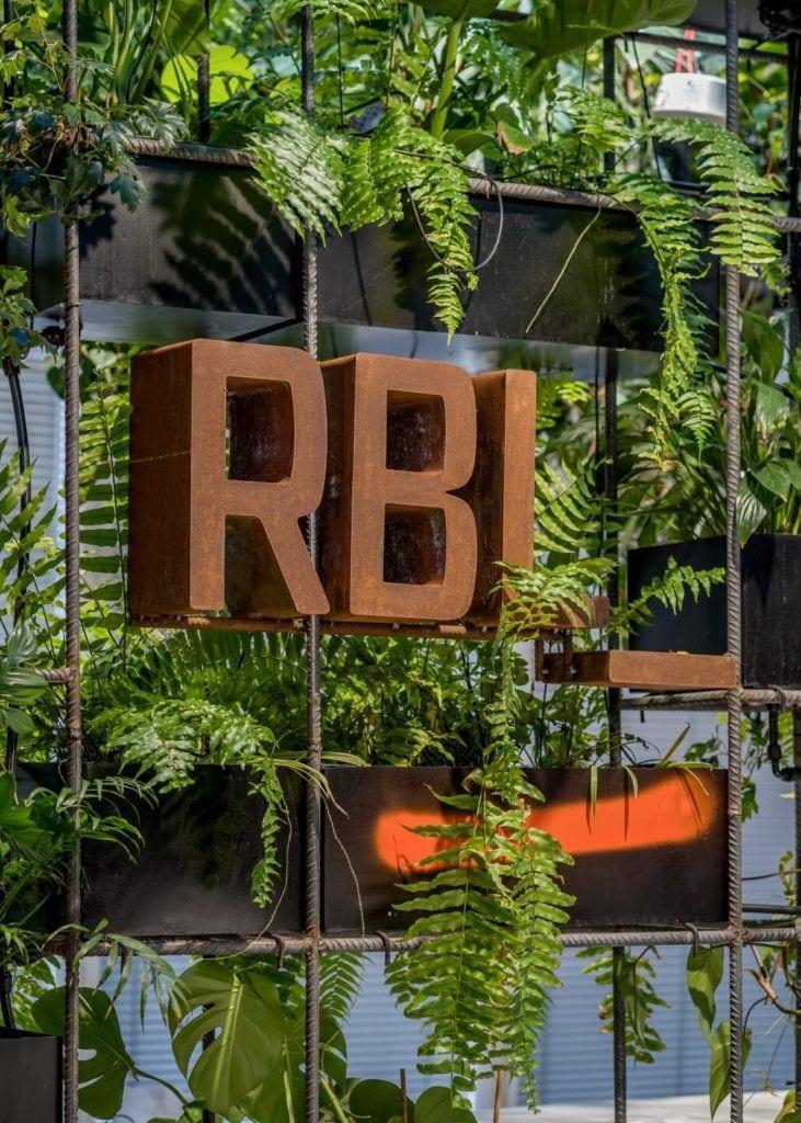 Biuro RBL_ - projekt Studio Robert Majkut Design dla Alior Bank - zielona ściana z logo RBL