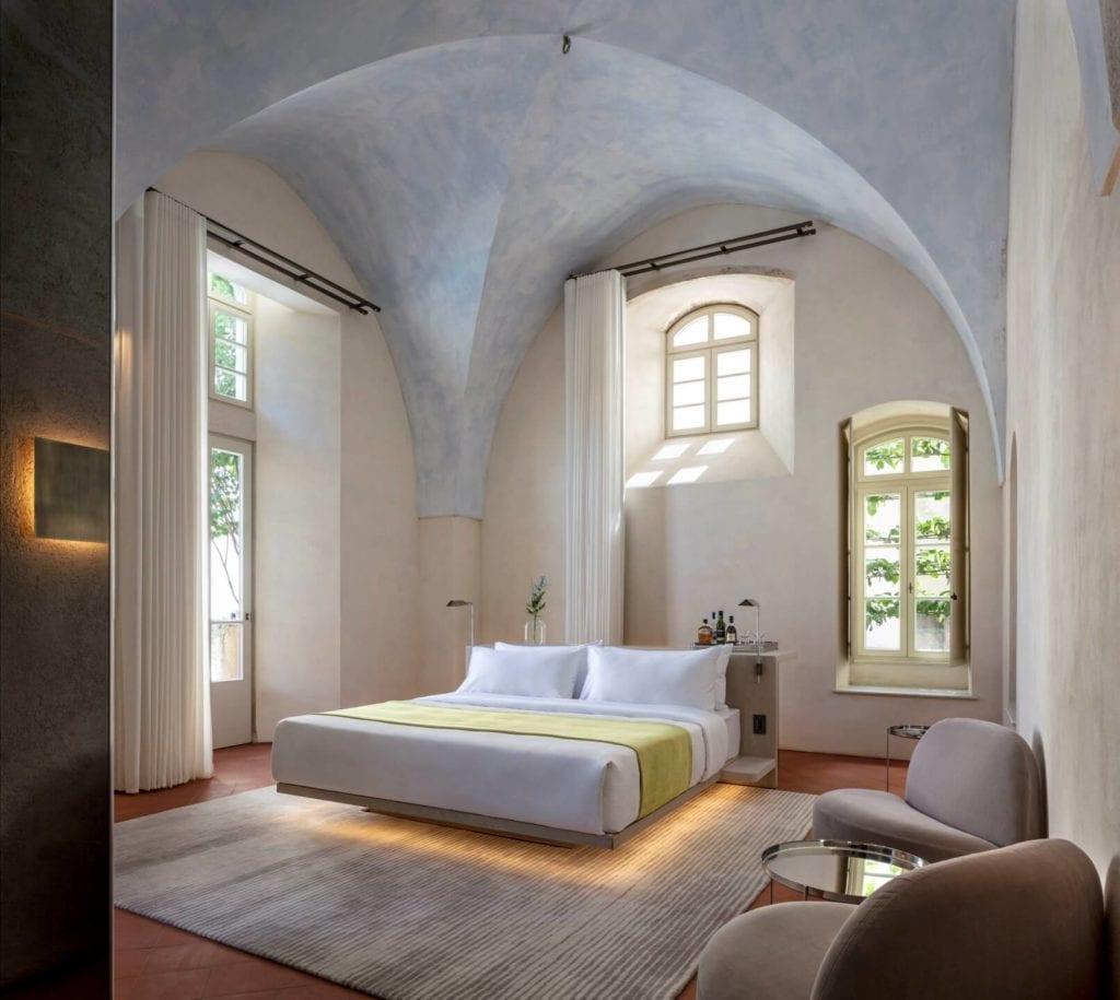 John Pawson i projekt Jaffa Hotel Residences - zdjęcia Amit Geron - łóżko w pokoju hotelowym