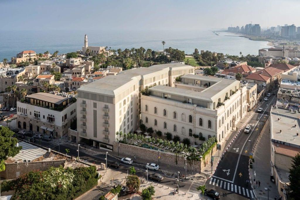 John Pawson i projekt Jaffa Hotel Residences - zdjęcia Amit Geron - widok na hotel z lotu ptaka