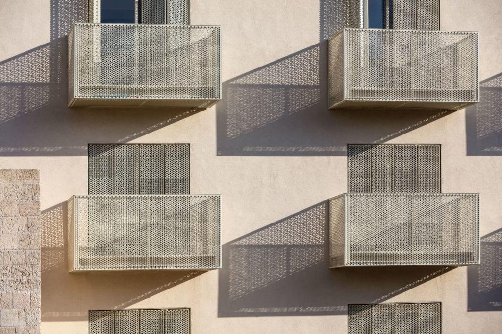 John Pawson i projJohn Pawson i projekt Jaffa Hotel Residences - zdjęcia Amit Geron - balkony w hotelu