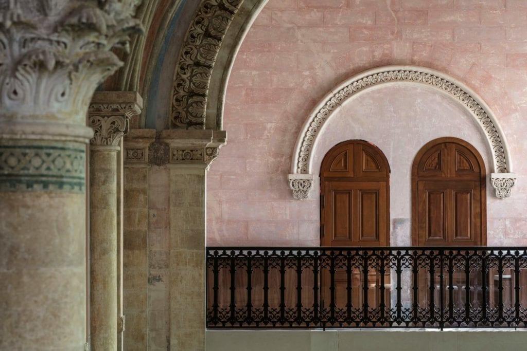 John Pawson i projekt Jaffa Hotel Residences - zdjęcia Amit Geron - stare, drewniane drzwi