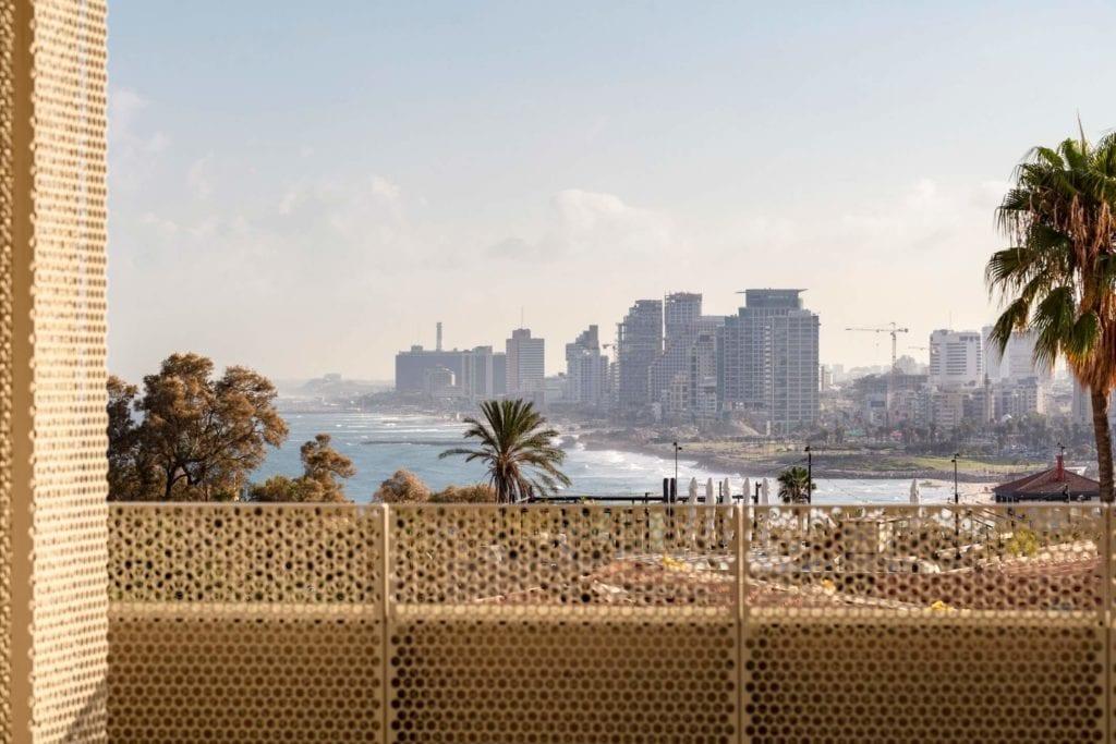 John Pawson i projekt Jaffa Hotel Residences - zdjęcia Amit Geron - widok z balkonu hotelowego