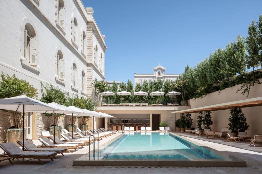 John Pawson i projekt Jaffa Hotel Residences - zdjęcia Amit Geron - basen w hotelu