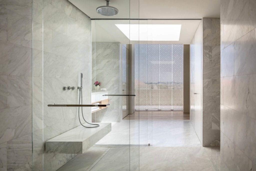 John Pawson i projekt Jaffa Hotel Residences - zdjęcia Amit Geron - łazienka w hotelu