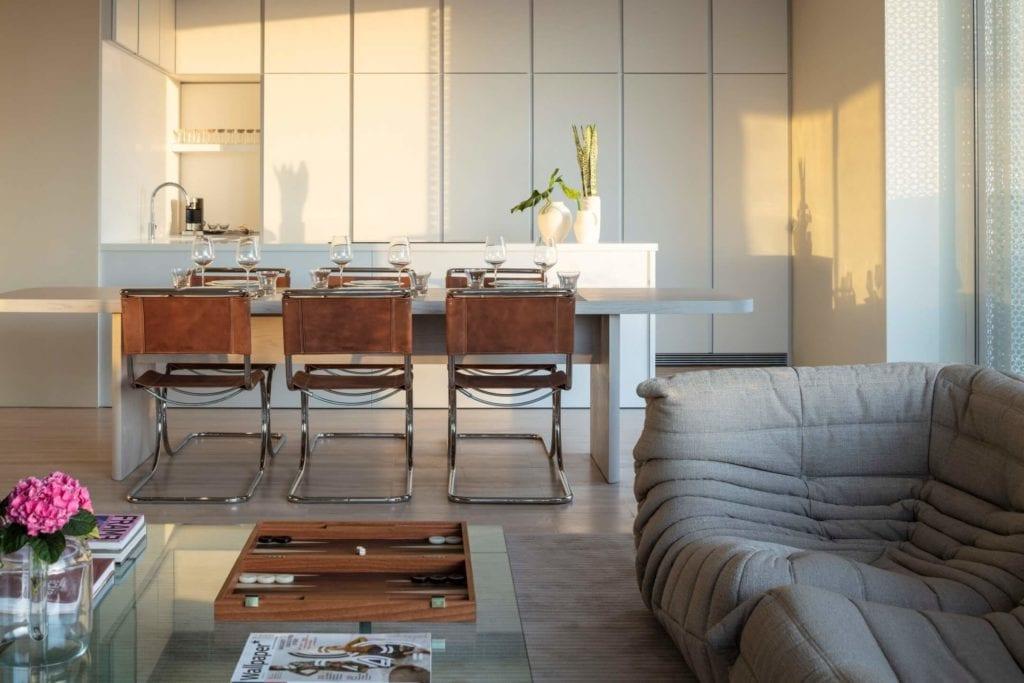John Pawson i projekt Jaffa Hotel Residences - zdjęcia Amit Geron - stół w pokoju hotelowym