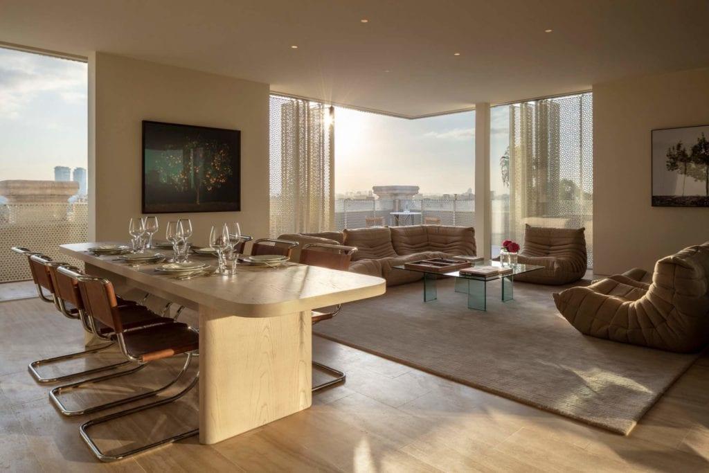 John Pawson i projekt Jaffa Hotel Residences - zdjęcia Amit Geron - widok z pokoju hotelowego