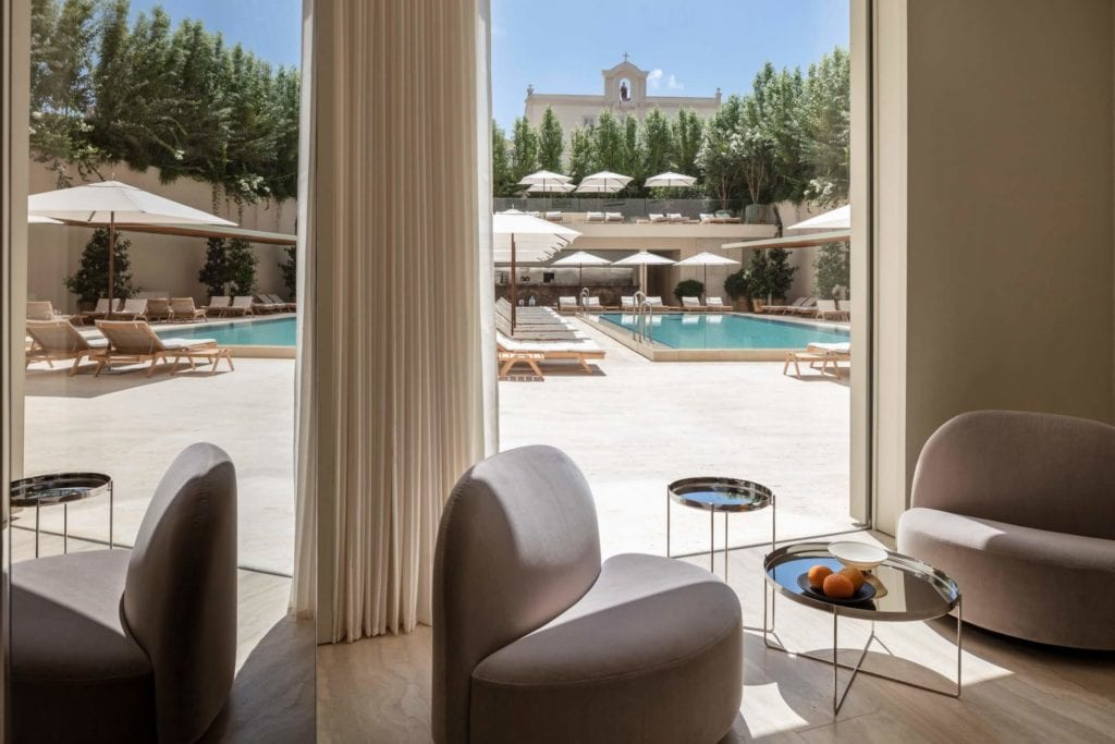 John Pawson i projekt Jaffa Hotel Residences - zdjęcia Amit Geron - widok na basen hotelowy