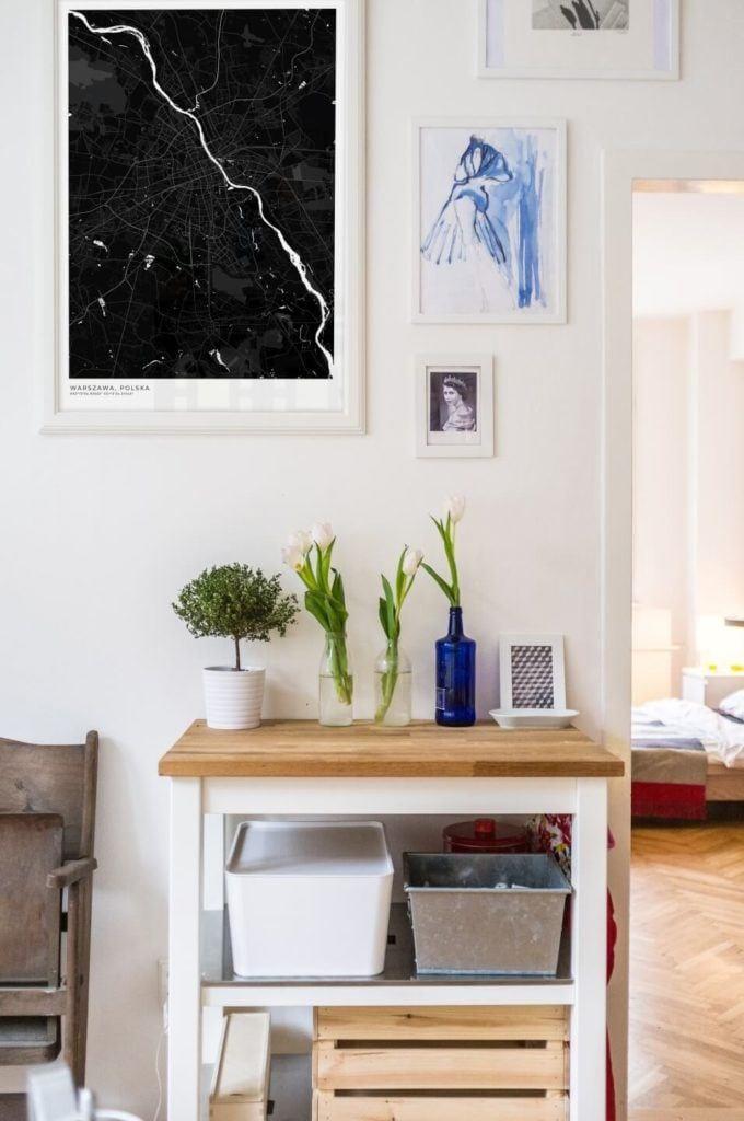 Plakaty Himaps - dekoracje ścienne pełne wspomnień - czarny plakat w salonie