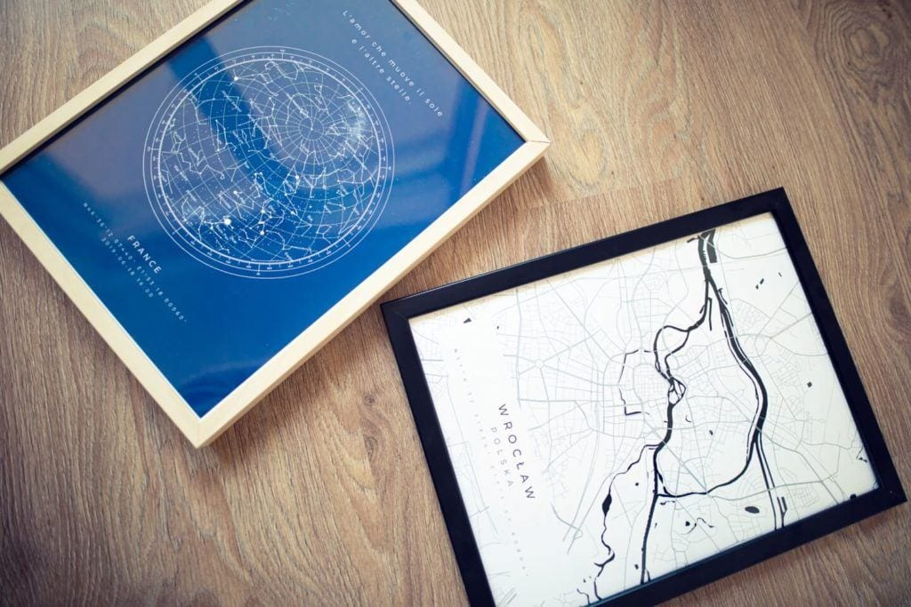 Plakaty Himaps - dekoracje ścienne pełne wspomnień - plakat mapa w kolorze białym i niebieskim