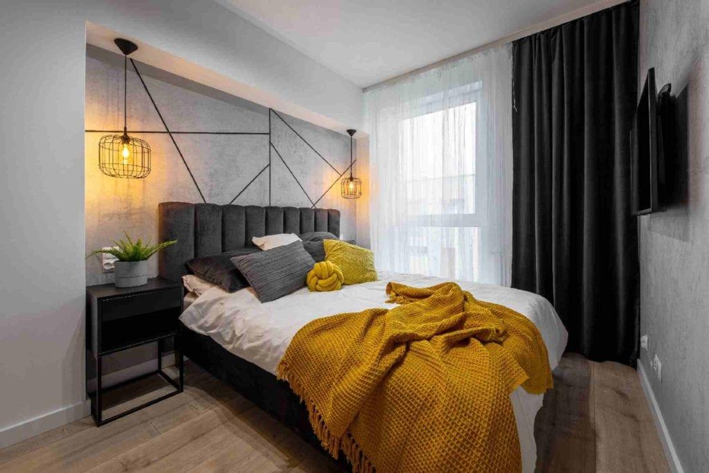 Pracownia Dobry Układ Sandra Białkowska i apartament w stylu soft loft - szare łóżko w sypialni
