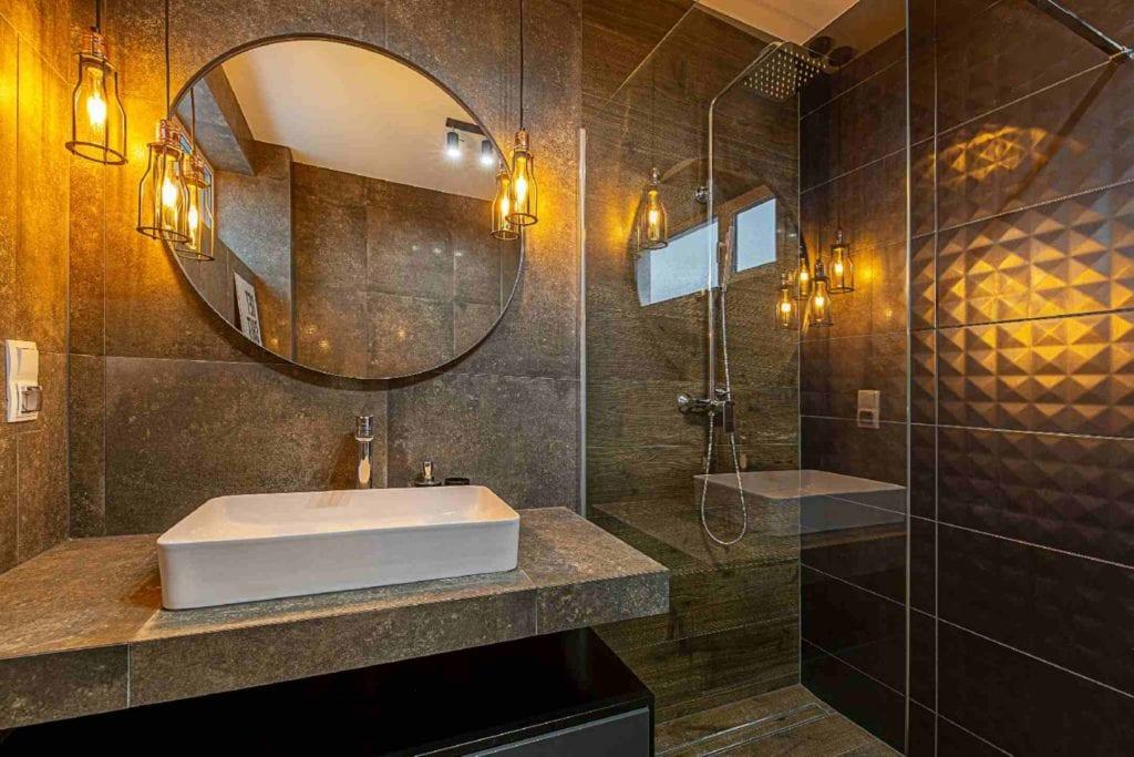 Pracownia Dobry Układ Sandra Białkowska i apartament w stylu soft loft - okrągłe lustro w łazience