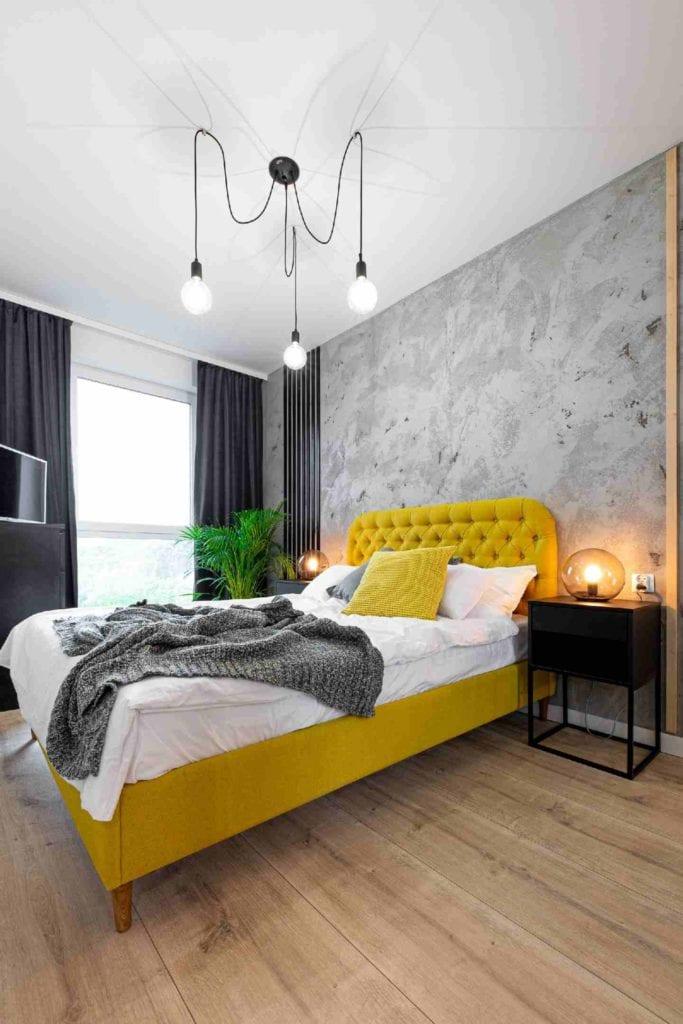 Pracownia Dobry Układ Sandra Białkowska i apartament w stylu soft loft - żółte łóżko w sypialni