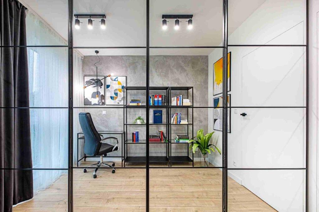 Pracownia Dobry Układ Sandra Białkowska i apartament w stylu soft loft - przeszklona ściana