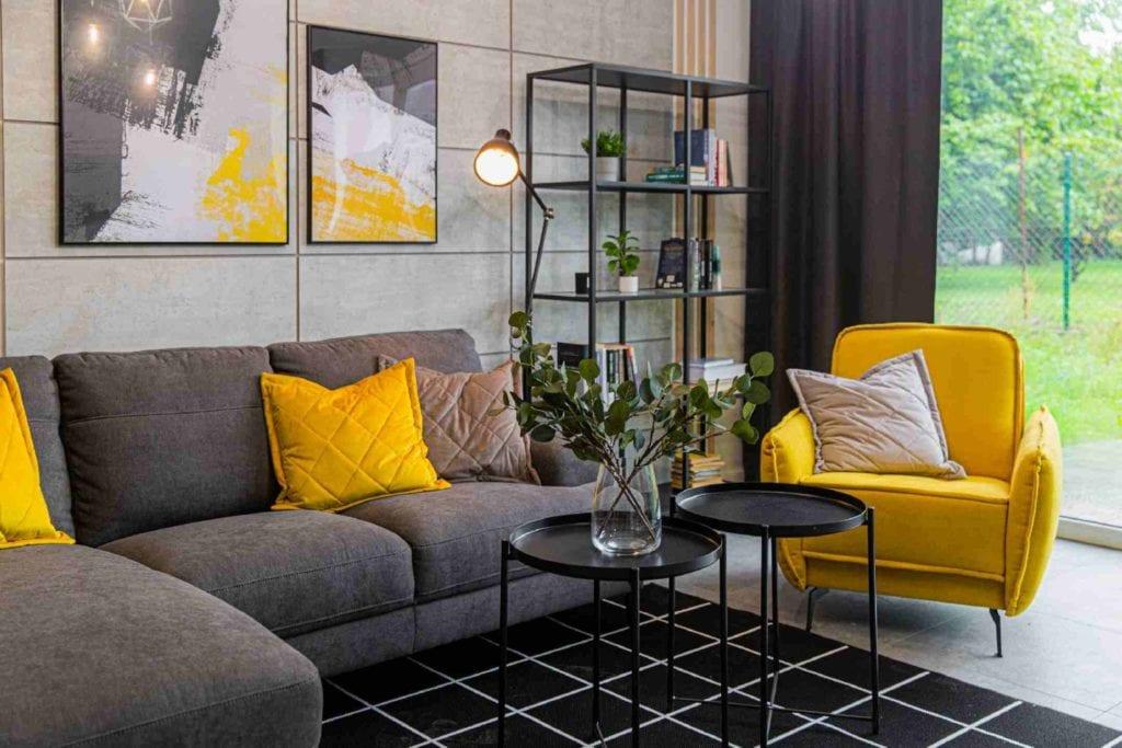 Pracownia Dobry Układ Sandra Białkowska i apartament w stylu soft loft - szara kanapa w salonie