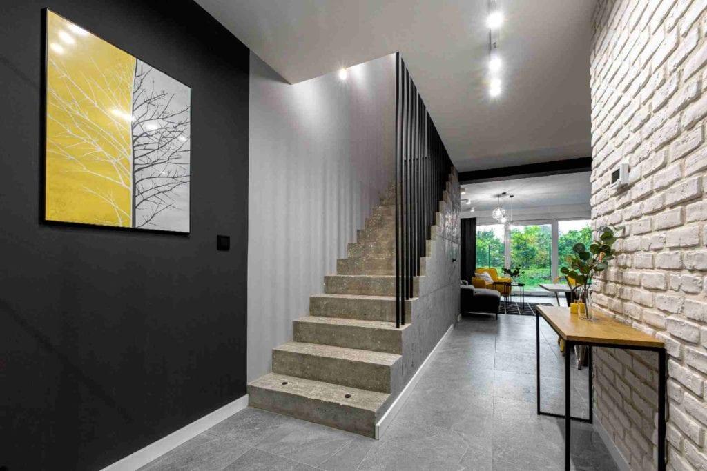 Pracownia Dobry Układ Sandra Białkowska i apartament w stylu soft loft - betonowe schody na piętro