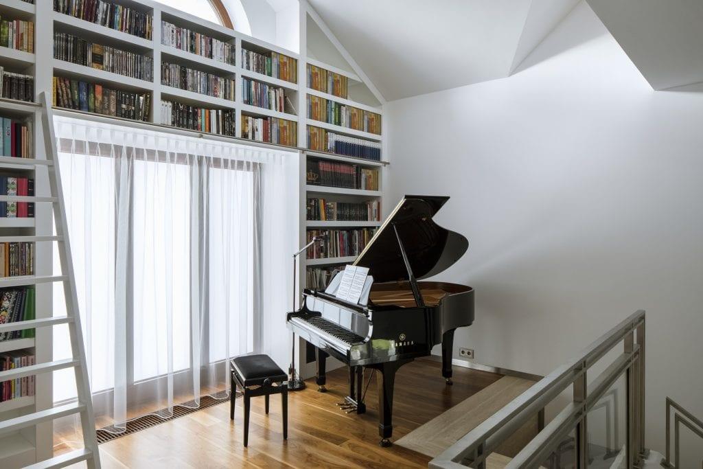 Pracownia Inter-Arch Architekci i luksusowa rezydencja w Wilanowie - fortepian w pokoju