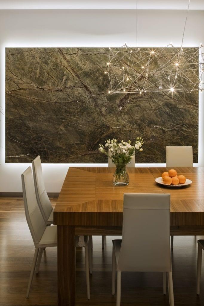 Pracownia Inter-Arch Architekci i luksusowa rezydencja w Wilanowie - drewniany stół w salonie