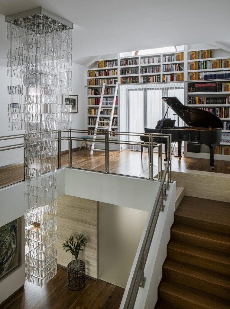 Pracownia Inter-Arch Architekci i luksusowa rezydencja w Wilanowie - fortepian na piętrze