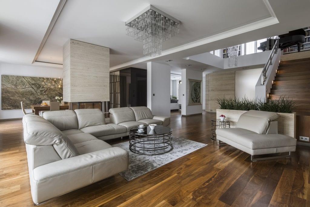 Pracownia Inter-Arch Architekci i luksusowa rezydencja w Wilanowie - sofa w salonie