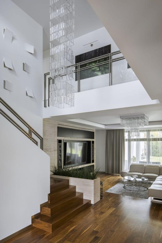 Pracownia Inter-Arch Architekci i luksusowa rezydencja w Wilanowie - dwupoziomowy hol