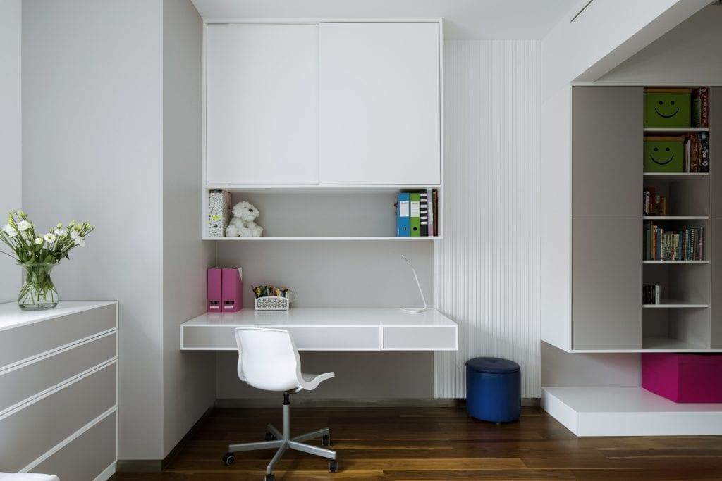 Pracownia Inter-Arch Architekci i luksusowa rezydencja w Wilanowie - białe biurko w pokoju dziecięcym